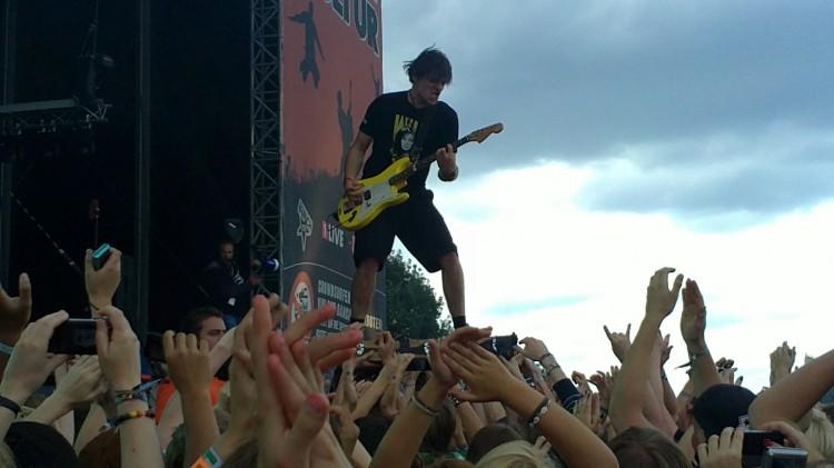 Sebastian Hafner sur une planche de skateboard dans le public