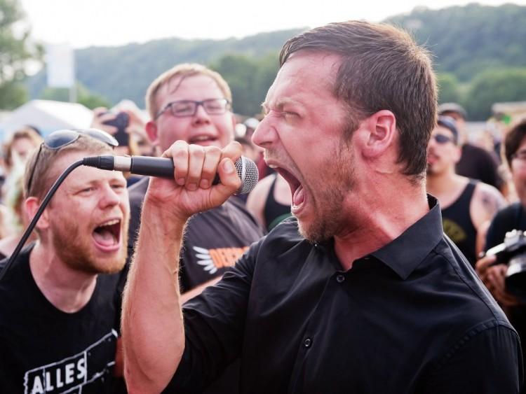 Felix Schönfuss, chanteur, faisait également partie de Frau Potz, un groupe de punk rock d'Allemagne du Nord, fondé en 2007 et qui a donné son concert d'adieu en mai 2015.